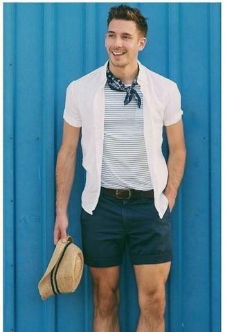 Как и с чем носить: белая рубашка с коротким рукавом, бело-темно-синяя футболка с круглым вырезом в горизонтальную полоску, черные шорты, бежевая соломенная шляпа