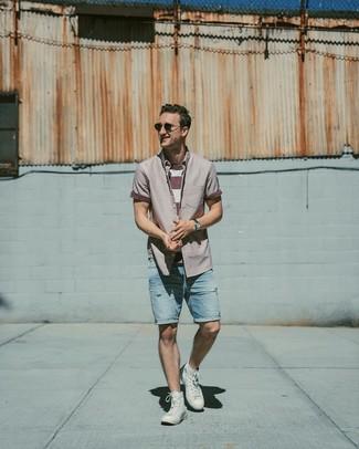 Как и с чем носить: пурпурная рубашка с коротким рукавом, бело-красная футболка с круглым вырезом в горизонтальную полоску, голубые джинсовые рваные шорты, белые высокие кеды