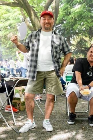 Красная бейсболка: с чем носить и как сочетать мужчине: Бело-черная рубашка с коротким рукавом в шотландскую клетку и красная бейсболка помогут составить простой и функциональный ансамбль для выходного в парке или вечера в баре с друзьями. Любишь эксперименты? Закончи образ белыми кожаными низкими кедами.