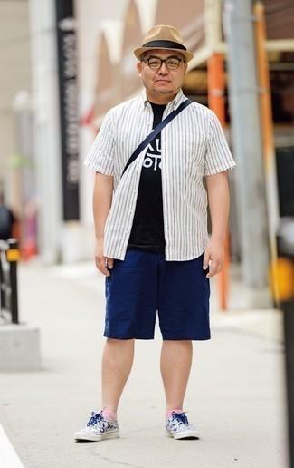 Белая рубашка с коротким рукавом в вертикальную полоску: с чем носить и как сочетать мужчине: Белая рубашка с коротким рукавом в вертикальную полоску и темно-синие шорты — необходимые предметы в арсенале поклонников стиля кэжуал. Что до обуви, заверши образ бело-темно-синими низкими кедами из плотной ткани.