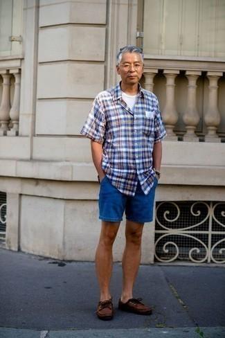 Синие джинсовые шорты: с чем носить и как сочетать мужчине: Поклонникам расслабленного стиля придется по душе лук из синей рубашки с коротким рукавом в шотландскую клетку и синих джинсовых шорт. Что касается обуви, можно завершить образ коричневыми кожаными топсайдерами.