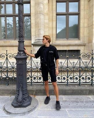 Мужские луки: Удобное сочетание черной рубашки с коротким рукавом и темно-синей футболки с круглым вырезом без сомнений будет привлекать внимание красивых девушек.
