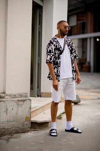 Мода для 30-летних мужчин: Если ты делаешь ставку на удобство и функциональность, белая футболка с круглым вырезом — отличный вариант для привлекательного повседневного мужского образа.