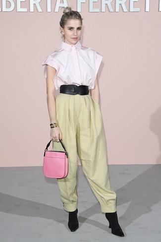 Как и с чем носить: розовая рубашка с коротким рукавом, желтые широкие брюки, черные ботильоны на резинке, ярко-розовая кожаная сумочка