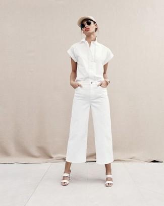 Как и с чем носить: белая рубашка с коротким рукавом, белые джинсовые широкие брюки, белые кожаные сабо, бежевая кепка