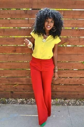 Как и с чем носить: желтая рубашка с коротким рукавом, красные широкие брюки, зеленые замшевые туфли, золотой браслет