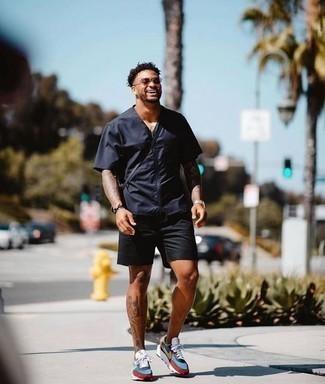 Модные мужские луки 2020 фото: Удобное сочетание темно-синей рубашки с коротким рукавом и черных шорт несомненно будет привлекать взоры прекрасных барышень. Создать красивый контраст с остальными вещами из этого образа помогут разноцветные кроссовки.