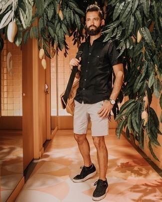 С чем носить светло-коричневую сумку почтальона из плотной ткани: Черная рубашка с коротким рукавом и светло-коричневая сумка почтальона из плотной ткани позволят составить простой и практичный ансамбль для выходного дня в парке или вечера в пабе с друзьями. И почему бы не привнести в повседневный образ чуточку утонченности с помощью черных низких кед из плотной ткани?