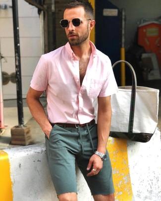 Темно-зеленые шорты: с чем носить и как сочетать мужчине: Розовая рубашка с коротким рукавом и темно-зеленые шорты будет замечательной идеей для расслабленного повседневного ансамбля.