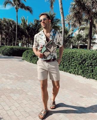 Модный лук: белая рубашка с коротким рукавом с цветочным принтом, бежевые шорты, серые кожаные сандалии, коричневая поясная сумка из плотной ткани с принтом