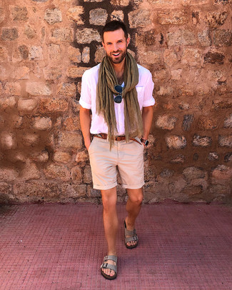 Как и с чем носить: розовая рубашка с коротким рукавом, бежевые шорты, серые замшевые сандалии, коричневый кожаный ремень
