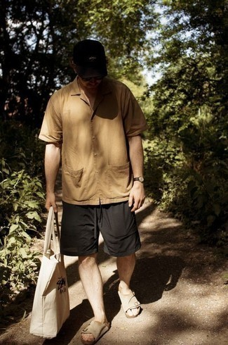 С чем носить светло-коричневую рубашку с коротким рукавом мужчине: Сочетание светло-коричневой рубашки с коротким рукавом и черных шорт поможет выглядеть стильно, но при этом выразить твою индивидуальность. Не прочь поэкспериментировать? Тогда заверши ансамбль бежевыми замшевыми сандалиями.