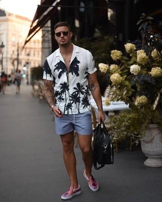 Как и с чем носить: бело-черная рубашка с коротким рукавом с цветочным принтом, синие шорты, розовые слипоны, черная кожаная сумка почтальона