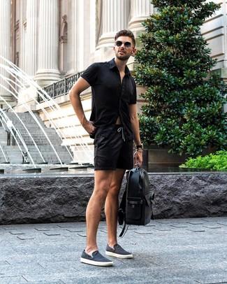 Как и с чем носить: черная рубашка с коротким рукавом, черные шорты, темно-синие слипоны из плотной ткани, черный кожаный рюкзак