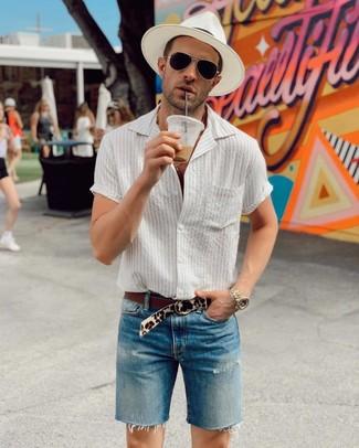 Как и с чем носить: белая рубашка с коротким рукавом в вертикальную полоску, синие джинсовые шорты, белая соломенная шляпа, бежевый замшевый ремень с леопардовым принтом