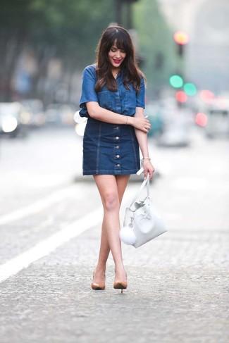 Женские луки: Дуэт синей джинсовой рубашки с коротким рукавом и темно-синей джинсовой юбки на пуговицах поможет создать нескучный ансамбль в стиле кэжуал. Очень уместно здесь смотрятся светло-коричневые кожаные туфли.