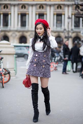 Как и с чем носить: темно-синий твидовый сарафан, белая блузка с длинным рукавом, черные замшевые ботфорты, красная кожаная стеганая сумка через плечо