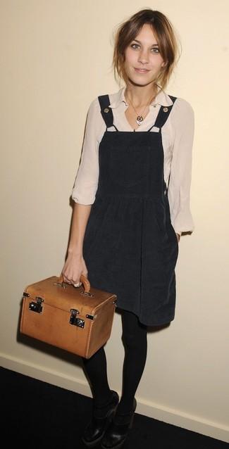 Как и с чем носить: черный сарафан, бежевая блузка с длинным рукавом, черные кожаные туфли с вырезом, табачная кожаная сумочка