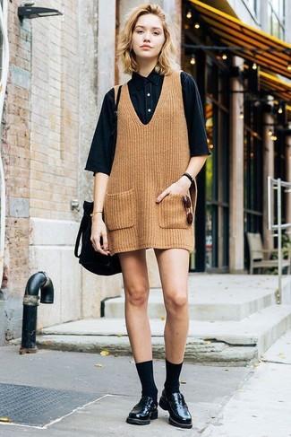 Как и с чем носить: светло-коричневый вязаный сарафан, черная джинсовая рубашка с коротким рукавом, черные кожаные лоферы, черная замшевая сумка-мешок