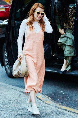 Как и с чем носить: розовый сарафан, белая футболка с длинным рукавом, серые кожаные ботильоны, бежевая сумка-мешок с цветочным принтом