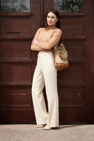 Модный лук: Светло-коричневая водолазка, Бежевые широкие брюки, Бежевые кожаные туфли, Бежевая кожаная сумка-мешок