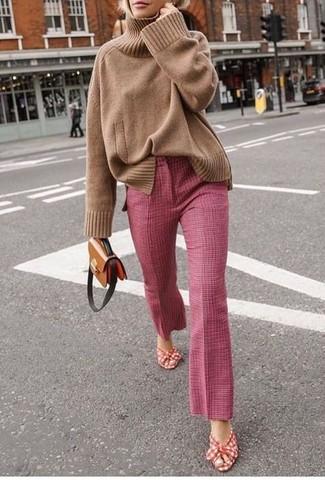 Как и с чем носить: светло-коричневая вязаная водолазка, розовые брюки-клеш, красно-белые босоножки на каблуке из плотной ткани, коричневая кожаная сумка через плечо