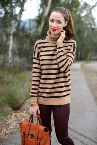 Как и с чем носить: светло-коричневая водолазка в горизонтальную полоску, темно-красные кожаные узкие брюки, оранжевая кожаная сумка-саквояж, золотой браслет