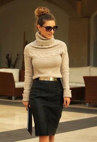 Модный лук: Светло-коричневая водолазка, Темно-серая юбка-карандаш, Золотой ремень, Черные солнцезащитные очки