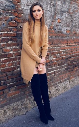 Как и с чем носить: светло-коричневая вязаная туника, светло-коричневая мини-юбка, черные замшевые ботфорты