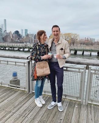 Как и с чем носить: светло-коричневая джинсовая куртка, серый свитер с воротником поло, темно-синие брюки карго, серые замшевые низкие кеды