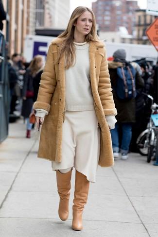 Как и с чем носить: светло-коричневая дубленка, белый свитер с круглым вырезом, белая шерстяная юбка-миди, светло-коричневые кожаные сапоги