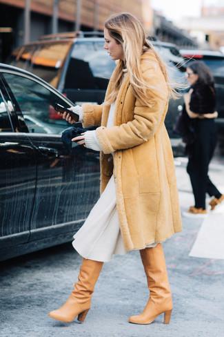 Как и с чем носить: светло-коричневая дубленка, белый свободный свитер, белая шерстяная юбка-миди, светло-коричневые кожаные сапоги
