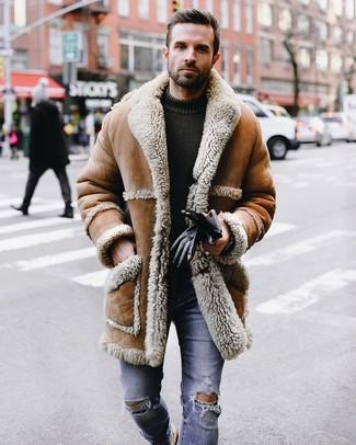 Как и с чем носить: светло-коричневая дубленка, оливковый вязаный свитер с круглым вырезом, синие рваные зауженные джинсы, черные кожаные перчатки