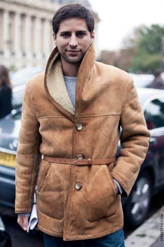 Как и с чем носить: светло-коричневая дубленка, серый свитшот, синие джинсы, светло-коричневый кожаный ремень