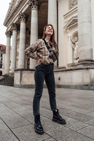 Как и с чем носить: светло-коричневая классическая рубашка в шотландскую клетку, черные джинсы скинни, черные кожаные ботинки на шнуровке, коричневая поясная сумка из плотной ткани