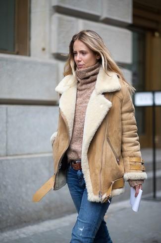 Как и с чем носить: светло-коричневая короткая дубленка, светло-коричневая водолазка, синие рваные джинсы, коричневый кожаный ремень