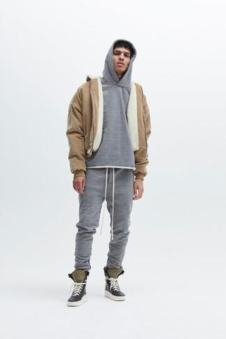 Модный лук: светло-коричневая короткая дубленка, серый худи, серые спортивные штаны, оливковые высокие кеды