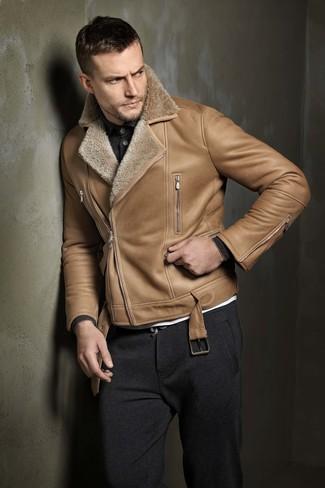Как и с чем носить: светло-коричневая короткая дубленка, темно-серый свитер с воротником поло, белая футболка с круглым вырезом, темно-серые спортивные штаны