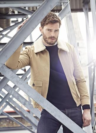 Как Jamie Dornan носит Светло-коричневая короткая дубленка, Черный свитер с круглым вырезом, Белая рубашка с длинным рукавом в вертикальную полоску, Темно-синие джинсы