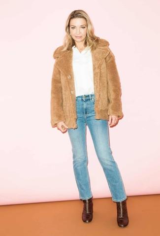 Темно-красные кожаные ботильоны: с чем носить и как сочетать: Светло-коричневая короткая шуба и синие джинсы будет прекрасной идеей для расслабленного наряда на каждый день. Вкупе с этим луком отлично будут смотреться темно-красные кожаные ботильоны.