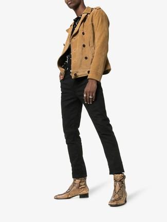 Бежевые кожаные ботинки челси со змеиным рисунком: с чем носить и как сочетать мужчине: Светло-коричневая замшевая косуха в сочетании с черными джинсами безусловно будет обращать на себя взоры красивых женщин. Теперь почему бы не привнести в этот ансамбль на каждый день немного консерватизма с помощью бежевых кожаных ботинок челси со змеиным рисунком?