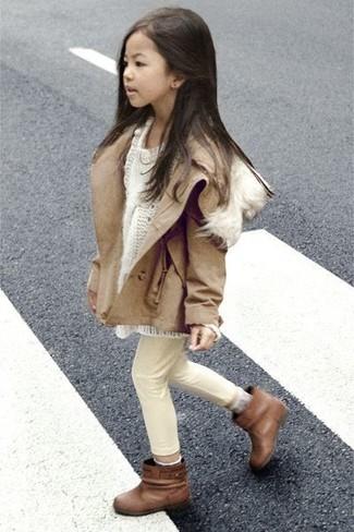 Как и с чем носить: светло-коричневая куртка, белый свитер, бежевые джинсы, коричневые ботинки