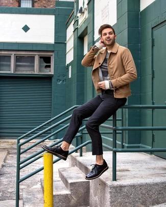 Как и с чем носить: светло-коричневая замшевая куртка-рубашка, бежевый свитер с круглым вырезом в горизонтальную полоску, черные брюки чинос, черные кожаные туфли дерби