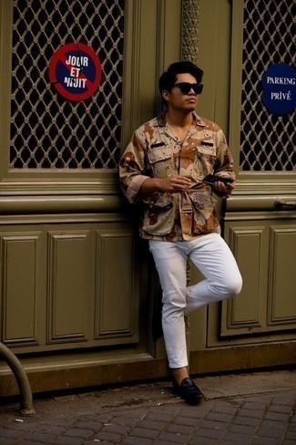 Мода для 30-летних мужчин: Светло-коричневая куртка-рубашка с камуфляжным принтом и белые джинсы прочно закрепились в гардеробе современных мужчин, помогая составлять неприевшиеся и стильные луки. Думаешь сделать образ немного строже? Тогда в качестве обуви к этому образу, обрати внимание на черные кожаные лоферы.