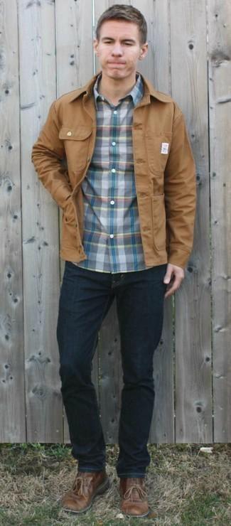С чем носить темно-синие джинсы мужчине: Лук из светло-коричневой куртки-рубашки и темно-синих джинсов как нельзя лучше подчеркнет твою индивидуальность. В паре с этим образом наиболее уместно выглядят коричневые кожаные ботинки дезерты.