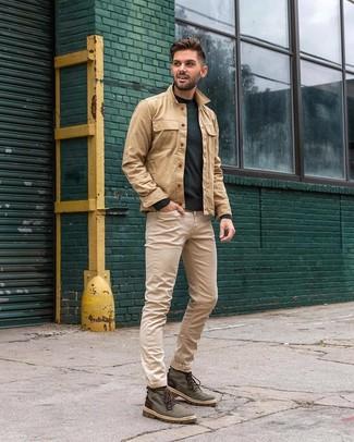 Как и с чем носить: светло-коричневая куртка-рубашка, темно-зеленый свитер с круглым вырезом, бежевые джинсы, темно-зеленые повседневные ботинки из плотной ткани