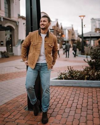 Как и с чем носить: светло-коричневая куртка с воротником и на пуговицах, белая футболка с круглым вырезом, голубые джинсы, темно-коричневые замшевые ботинки челси
