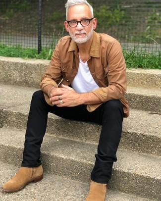 Модный лук: светло-коричневая куртка с воротником и на пуговицах, белая футболка с v-образным вырезом, черные брюки чинос, светло-коричневые замшевые ботинки челси