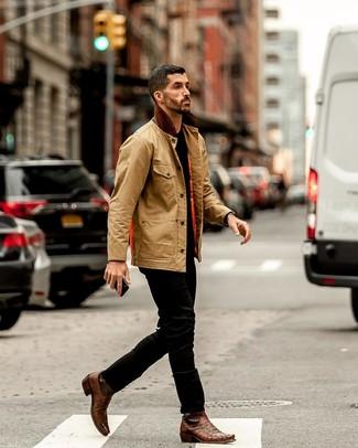 Как и с чем носить: светло-коричневая куртка с воротником и на пуговицах, черная футболка с круглым вырезом, черные джинсы, коричневые кожаные ботинки челси