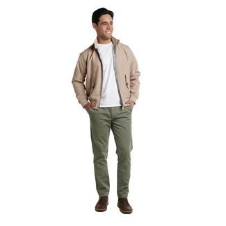 Как и с чем носить: светло-коричневая куртка харрингтон, белая футболка с круглым вырезом, оливковые брюки чинос, темно-коричневые кожаные ботинки дезерты
